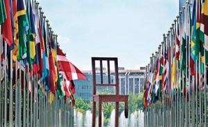 Birleşmiş Milletler binası önündeki bu sandalye  bir ayağını mayında kaybetmiş insanı simgeliyor.