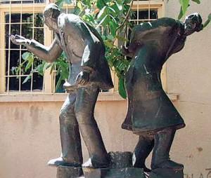 """Mardinli Hatip ve Ramazan Önen kardeşler, Derik ilçesinin meşhurları arasında. İlçeye, bölge halkının isteğiyle heykelleri yapılmış. Hato'nun  kendi heykelini ilk gördüğünde yorumu """"Benim mezarımı kim dikti buraya?"""" olmuş."""