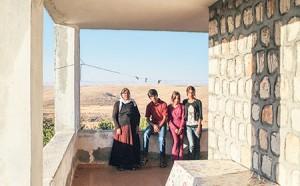 Şengal'den Dahok'a yürüyerek kaçan, anne, üç kızı ve oğlu Güvenli köyüne sığınmış.