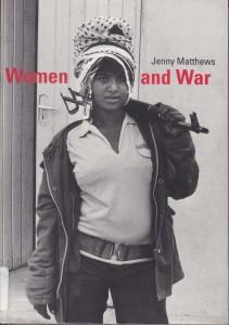 """Lemlem, Afrika'da Eritre direnişinin simgesi oldu. Bu fotoğrafı 1988 yılında çekildi. Bir gazeteci Lemlem için, """"Güzellik ve şiddet... Kadınlık ve maçoluk... Hâlâ dünyanın birçok yerinde büyüleyecek çelişkiler…"""" diye yazdı."""