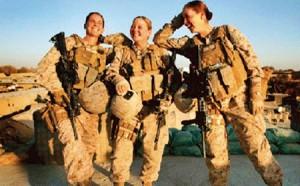 Amerika'da bu fotoğraf için yapılan yorum: 'Dişli mutlu kadın askerler!' Ordunun reklamını yapmak için kadın ve erkek askerlerin özel hayatı kullanılıyor. Haber sitelerindeki üniformasız hallerini gösteren foto galerileri gibi.